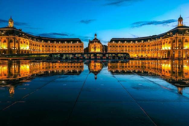 Riflessione di place de la bourse e tram a bordeaux, francia. un patrimonio mondiale dell'unesco