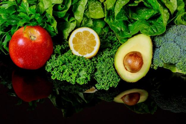 Riflessione di verdure sulla superficie liscia.