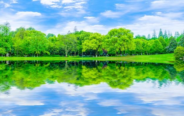 Riflessione giardino paesaggio prato astratto sfondo blu cielo e nuvole bianche