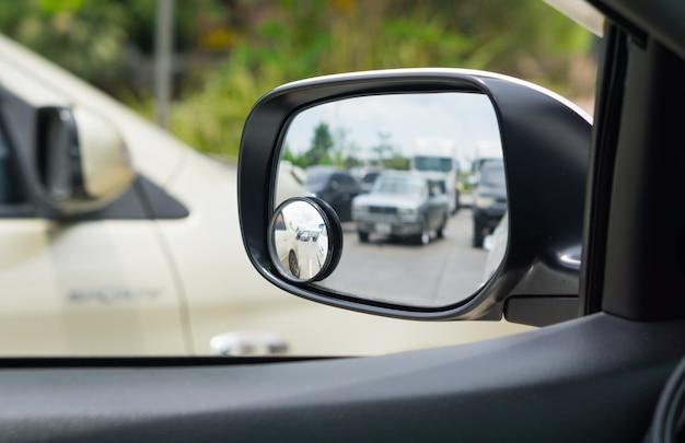 Riflessione nello specchio laterale dell'auto.
