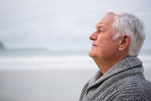 Riflessivo uomo anziano in piedi