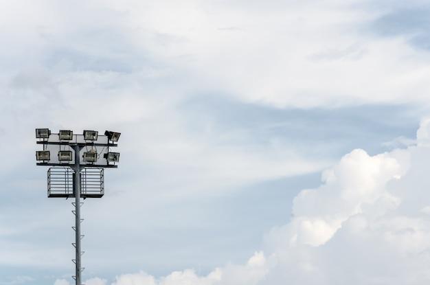 Riflettore dello stadio e cielo a mezzogiorno