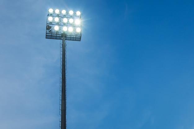 Riflettori nella sera del cielo blu dello stadio