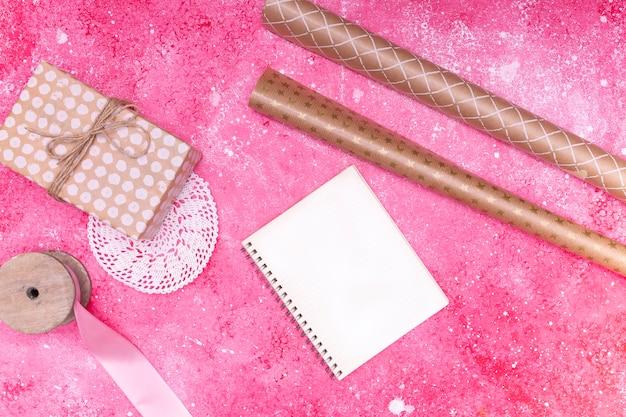 Rifornimenti di celebrazione rosa laici piatti