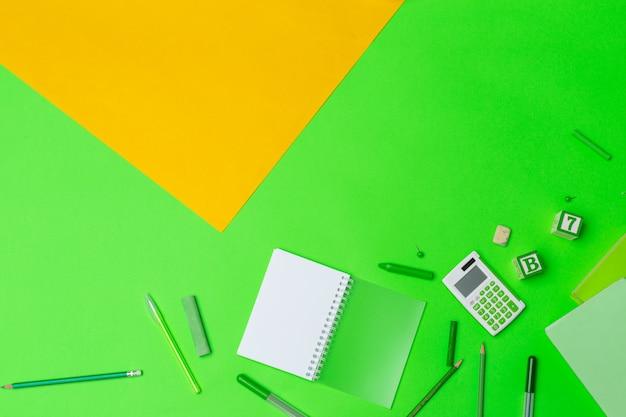 Rifornimenti di scuola a sfondo di carta colorata