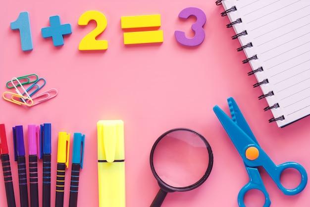 Rifornimenti di scuola su fondo rosa per istruzione e di nuovo al concetto della scuola