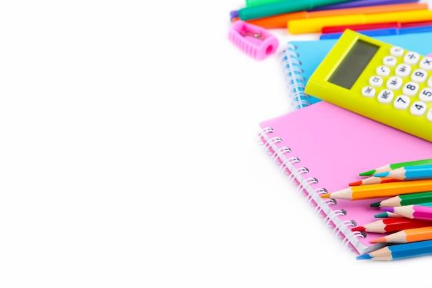 Rifornimenti di scuola variopinti isolati su bianco. di nuovo a scuola