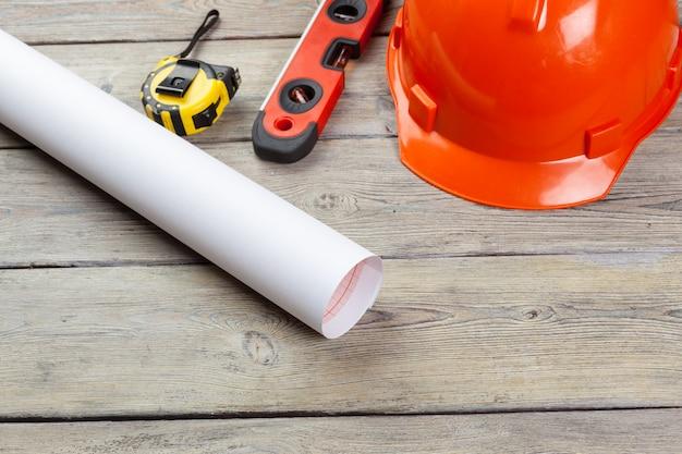 Rifornimenti e strumenti del muratore su di legno