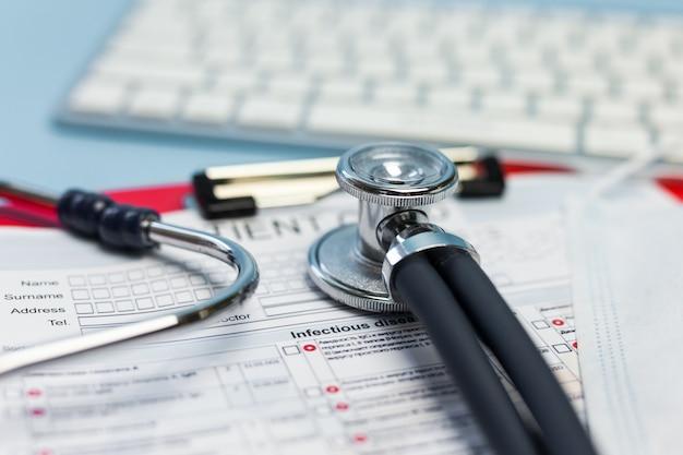 Rifornimenti medici su fondo blu