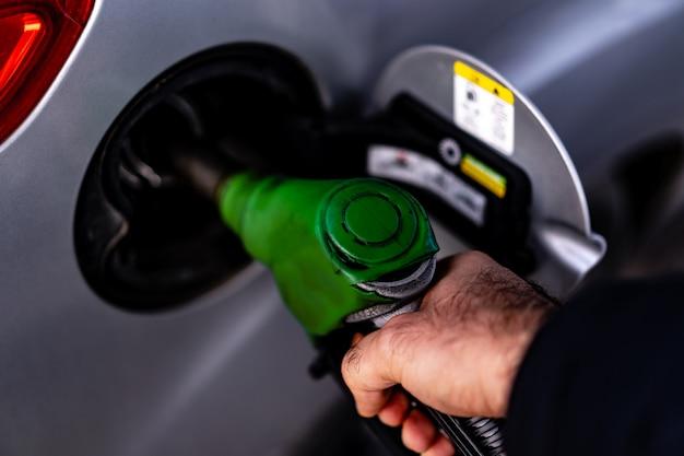Rifornimento di auto in una stazione di benzina