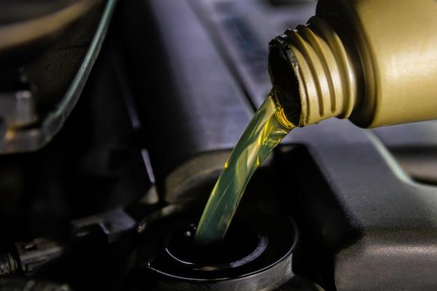 Rifornimento di carburante e olio di riempimento riempire l'olio nel motore, nella manutenzione e nelle prestazioni.
