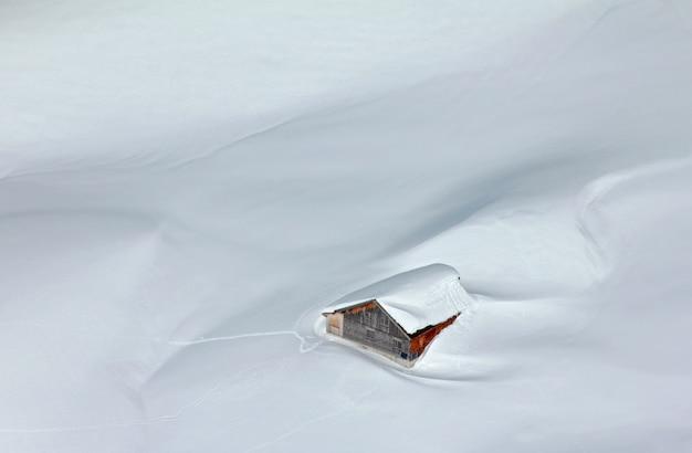 Rifugio innevato nelle alpi