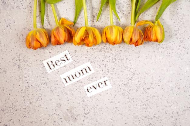 Riga dei tulipani su priorità bassa coloful con spazio per il messaggio. sfondo della festa della mamma. vista dall'alto