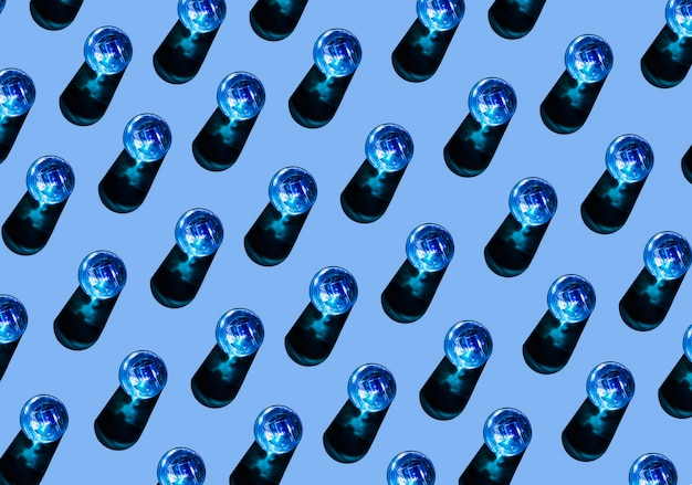 Riga dei vetri liquidi blu con ombra su priorità bassa colorata