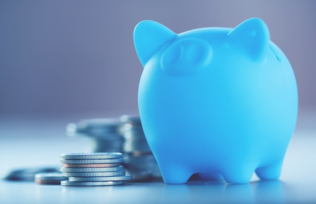 Riga delle monete su fondo di legno per finanza e concetto di risparmio