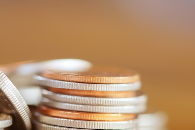 Riga delle monete su priorità bassa di legno per la finanza