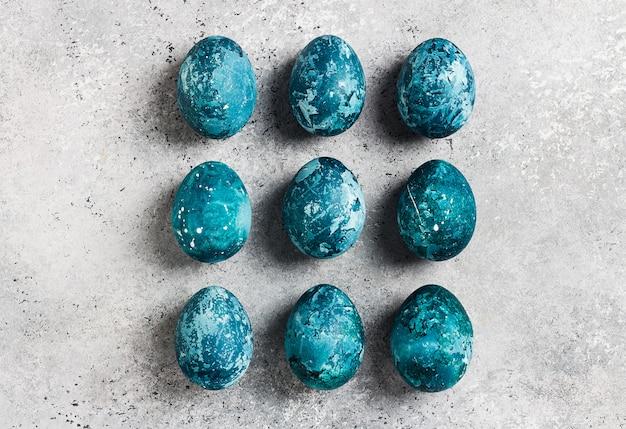 Riga delle uova di pasqua dipinta a mano in blu