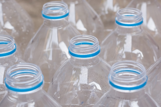 Righe di bottiglie d'acqua