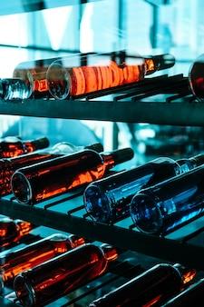 Righe di bottiglie di vino colorate