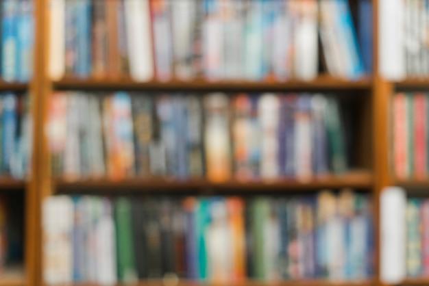 Righe di libri sfocati