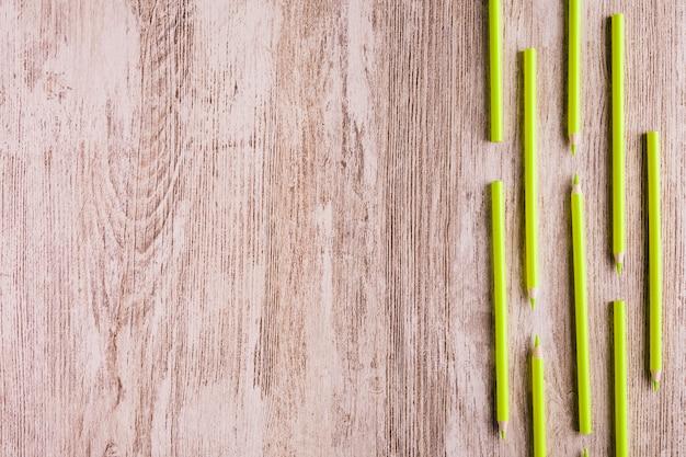 Righe di matite colorate sul tavolo