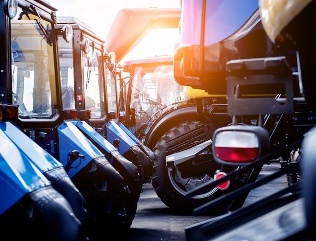 Righe di trattori moderni.