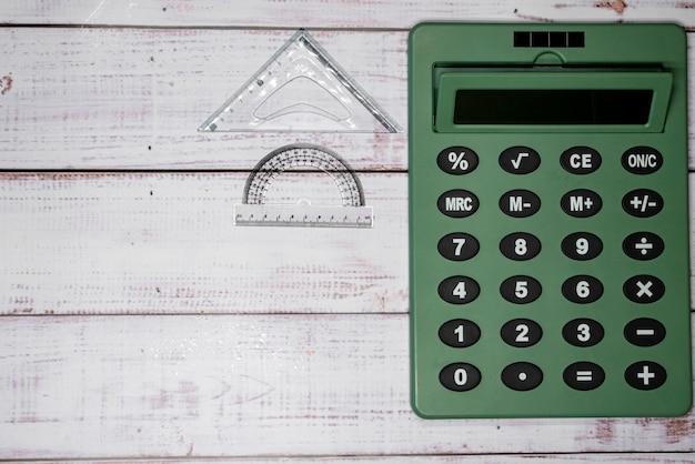 Righelli e calcolatrice sulle tavole