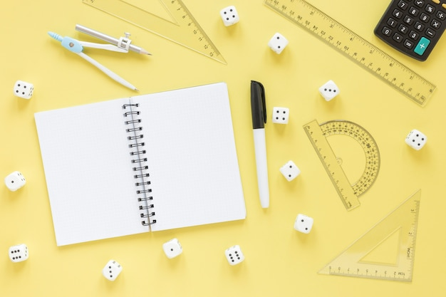 Righelli per la matematica rifornimenti con vista dall'alto di blocco note vuoto