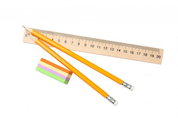 Righello, gomma e matite isolati