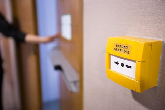 Rilascio della porta di emergenza.