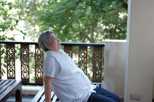 Rilassamento di riposo della donna senior anziana anziana anziana sul balcone del terrazzo
