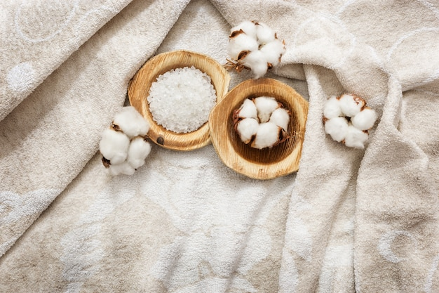 Rilassante composizione spa con fiori di cotone e sale marino bianco