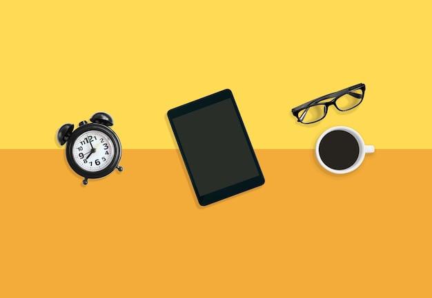 Rilassante concetto di tempo, moderno caffè sul posto di lavoro con una tazza di caffè.