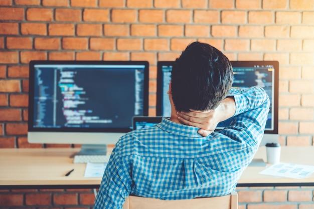 Rilassante sviluppo programmatore sviluppo web design e tecnologie di codifica