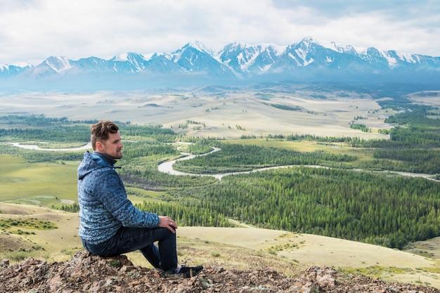 Rilassante uomo nella steppa kurai sulla cresta nord-chui