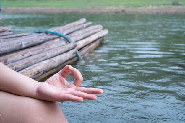 Rilassante yoga o meditazione su una bellissima foresta tropicale per le vacanze.