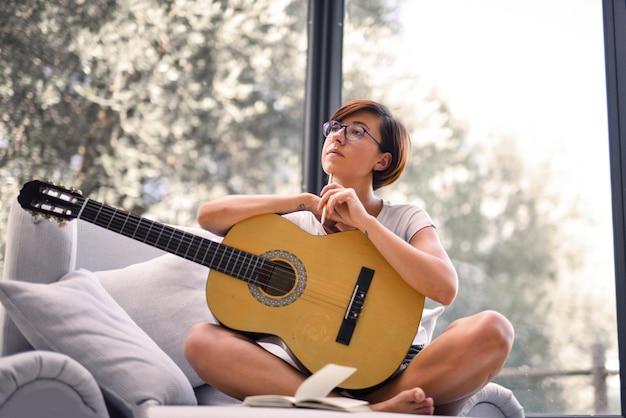Rilassarsi a casa con una chitarra