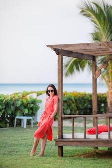 Rilassarsi e godersi le vacanze estive, donna sdraiata sul lettino in spiaggia