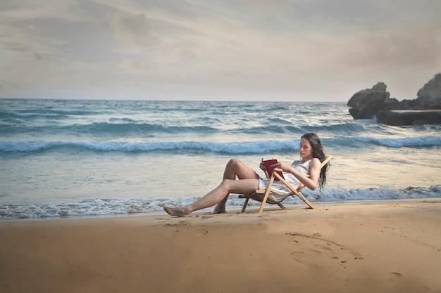 Rilassarsi e leggere sulla spiaggia
