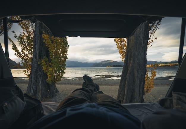 Rilassarsi in un camper di fronte a un lago