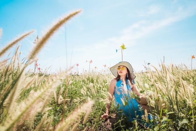 Rilassarsi in un prato sotto il sole estivo, tempo di primavera.