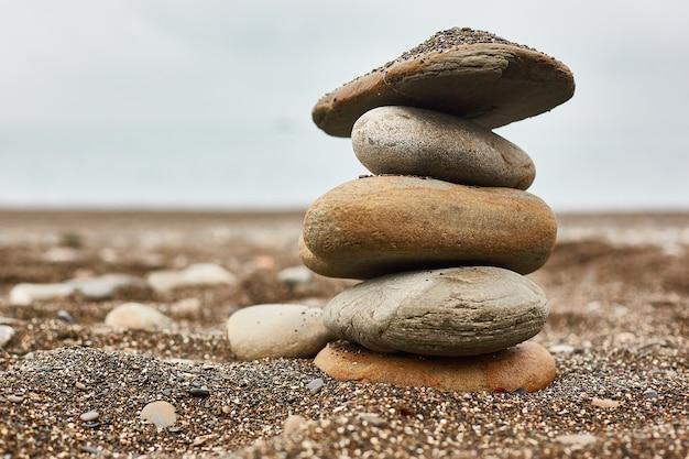 Rilassarsi sulla spiaggia, pila di pietre