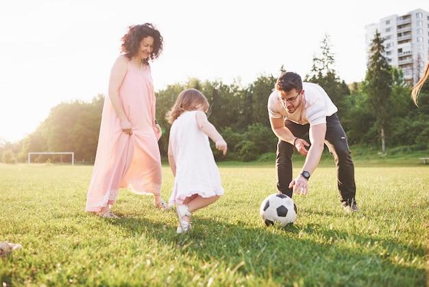 Rilassati con tutta la famiglia. diverse generazioni di genere si sono riunite per una passeggiata nel parco