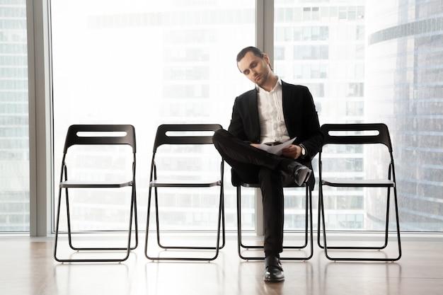 Rilassato uomo d'affari in attesa di intervista