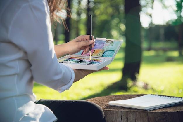 Rilassi l'opera d'arte dell'acquerello della pittura della donna in natura verde della foresta del giardino