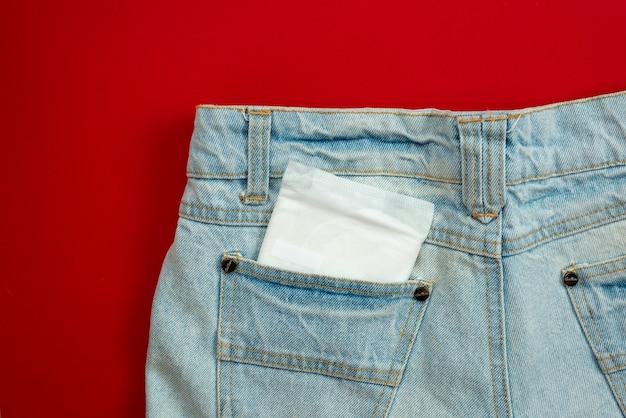 Rilievo della donna nella tasca dei jeans femminili