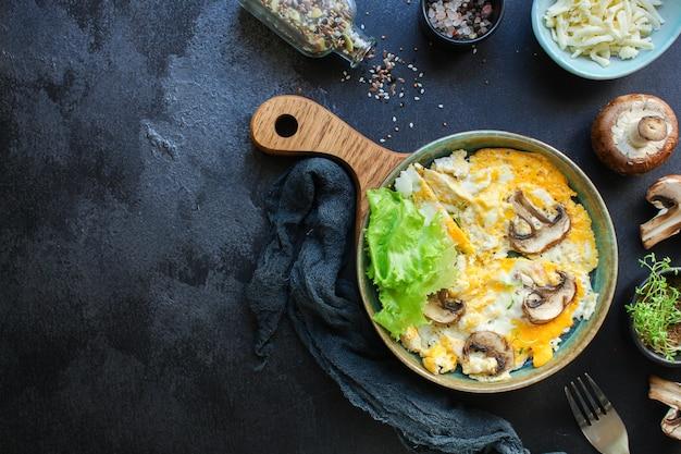 Rimescolare i funghi frittata di uova fritte