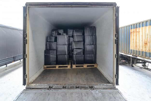 Rimorchio del trasporto merci su strada caricato con scatole.