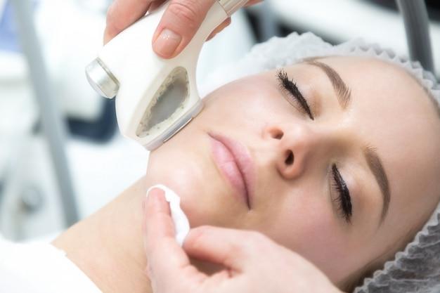 Rimozione delle rughe su viso e collo con massaggio.