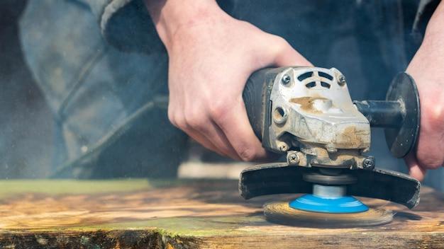 Rimozione di vernice da una tavola di legno con strumenti